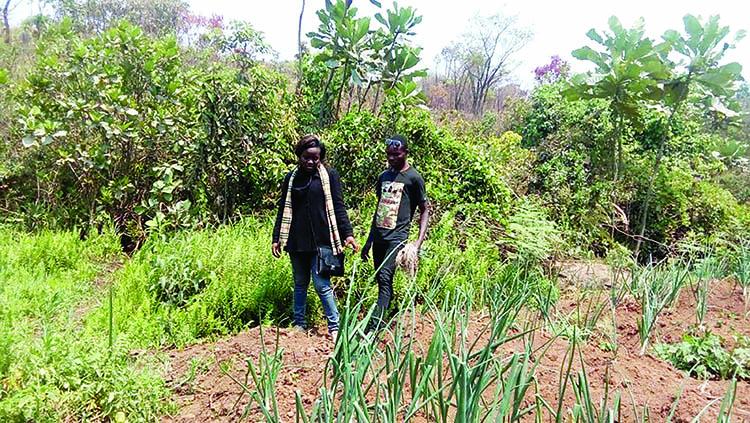 Bernadette Mukesi, d'agent marketing la semaine,  à cultivatrice le weekend !!!